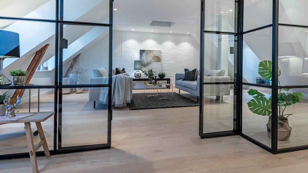 Boligstyling virker! En flot og indbydende indrettet bolig sælger bedre, end rungende tomme rum. En Full Styling vil byde køberne velkommen - både på annoncefotos og ved boligfremvisningen.