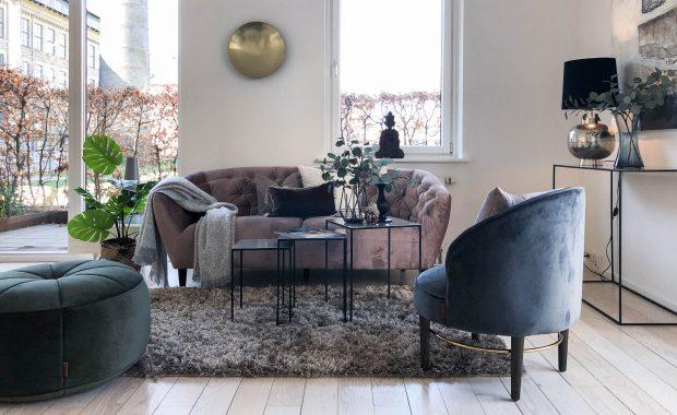 Se vores boligstyling i denne 3-værelses lejlighed på Frederiksberg ved København. Vi viser fotos fra lejeligheden, efter vi har lavet en Full Styling. Vi viser også fotos af lejligheden før, med sælgers egne møbler og interiør. Se selv forskellen.