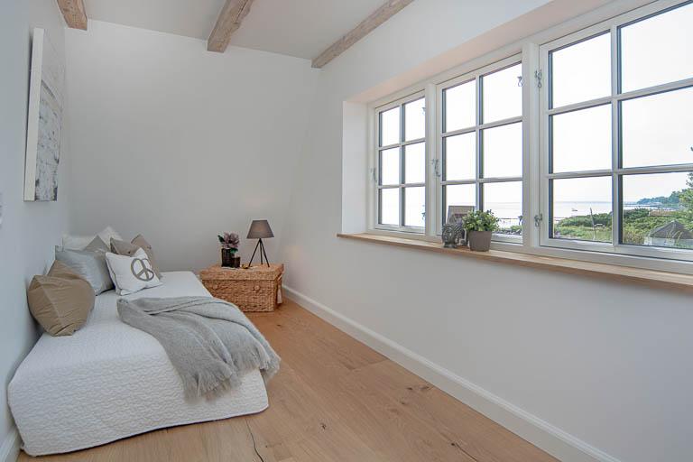 Et værelse med udsigt! Selv mindre rum og smalle passager kan styles, så herlighedsværdien og anvendelsesmulighederne bringes frem og bliver tydelige. En god boligstyling er en vigtig del af den samlede klargøring af en bolig til salg.