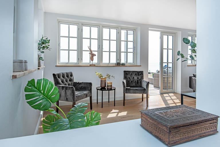 Med en professionel boligstyling fra inboligstyling.dk, får du en gennemført styling, hver sammenhæng mellem de forskellige rum er afstemt og gennemtænkt, hvilket får oplevelsesværdien af boligen helt i topklasse.