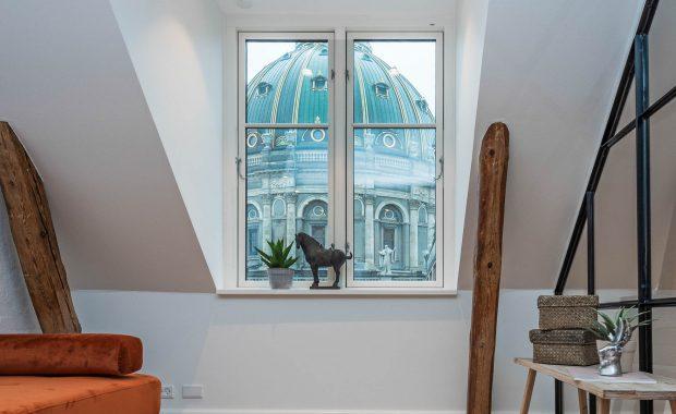 Full Styling af penthouse-lejlighed med historisk med udsigt til Marmorkirken i det historiske indre København.