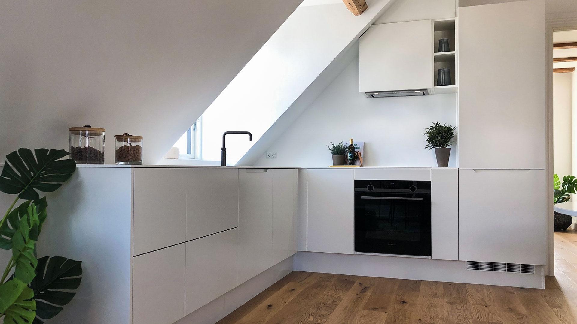 Køkkendel af alrummet i den lille lejlighed med Full Styling