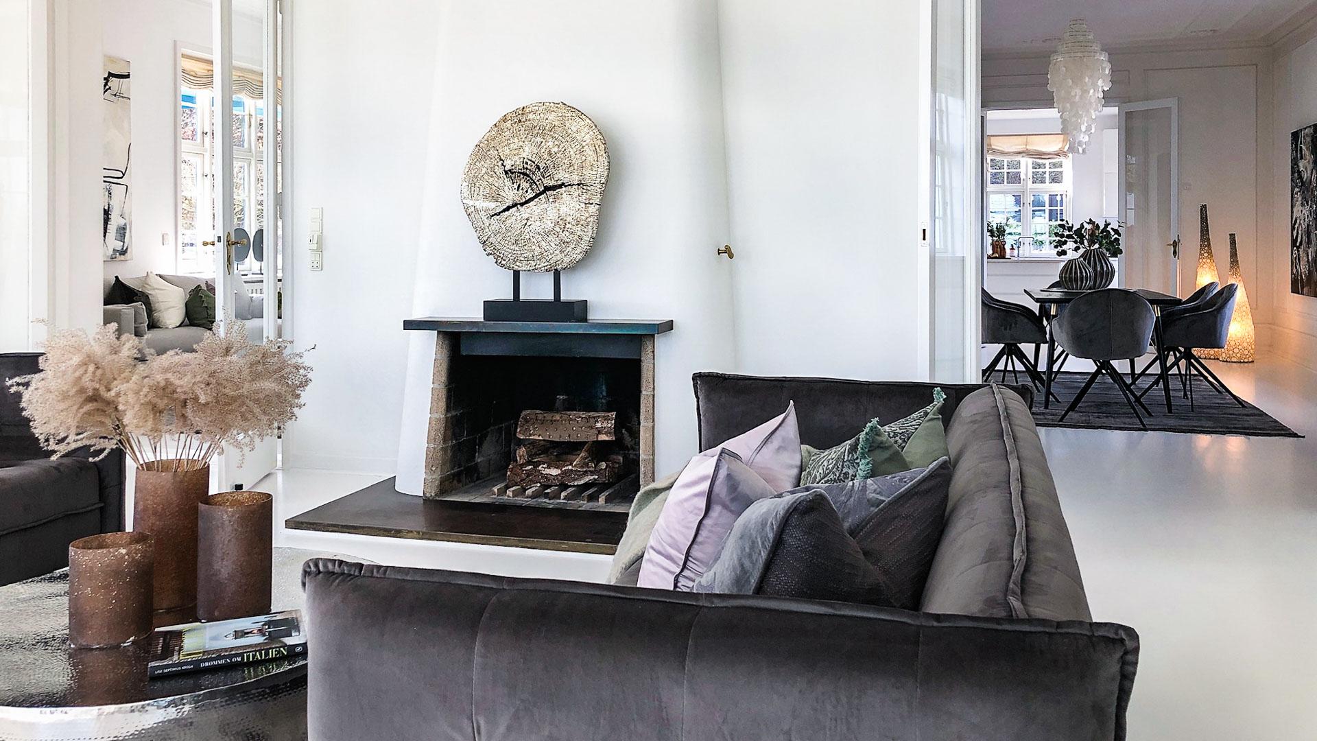 En dLux Styling fra InBoligStyling sætter fokus på boligens tre herskabelige stuer.